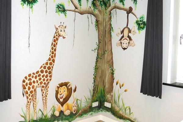 Blije jungledieren op een babykamer