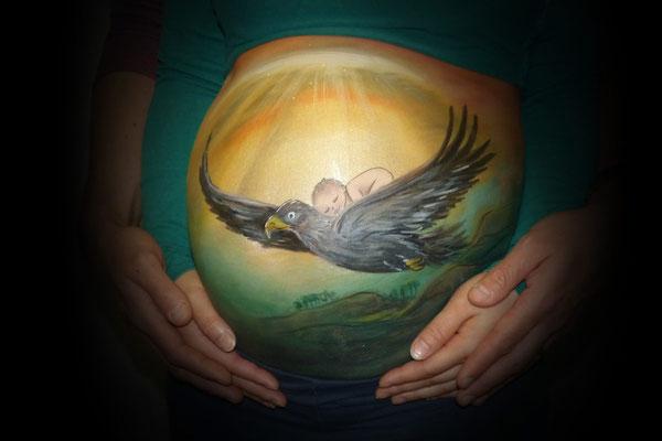 Een vogel verwerkt in de bellypaint met baby op zijn rug