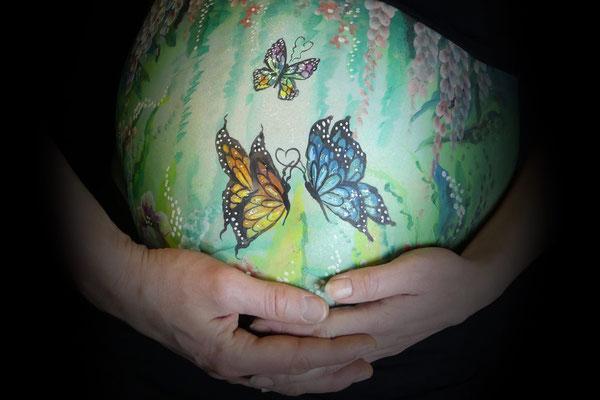 Buikbeschildering met vlinders