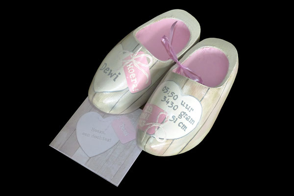 Geboorteklompjes beschilderd met het geboortekaartje