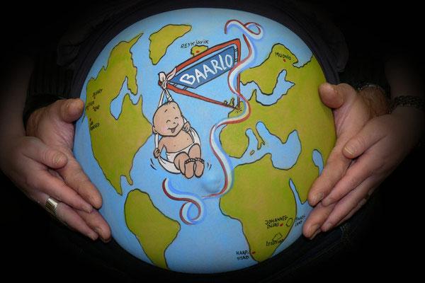 Een buikschildering met de wereld in cartoonstijl