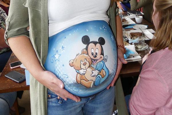 Buikbeschildering gemaakt op een babyshower