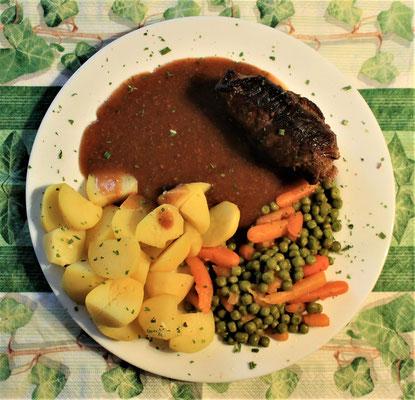 03.02.2020 Rouladen mit Erbsen, Wurzeln, Kartoffeln und brauner Soße