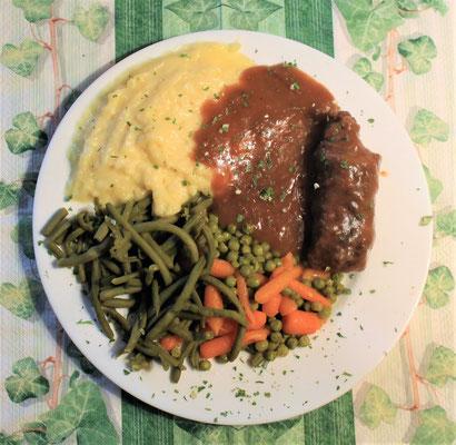 16.02.2020 Rinderroulade mit Kartoffelbrei, Erbsen, Möhren, Bohnen und brauner Soße