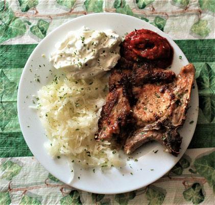 09.03.2020 Kotelette mit Krautsalat, Tzaziki und scharfer Soße