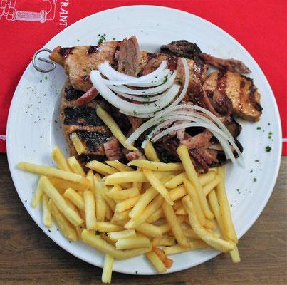 Ouzoteller - Giros, Suflaki, Bifteki, Leber mit Pommes