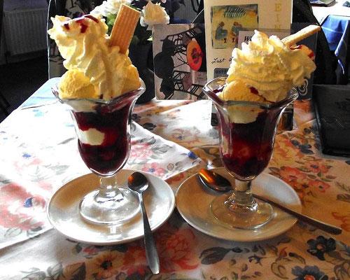 Carolinensiel - Cafe´Caro - Eisbecher mit heißen Kirschen und Sahne / lecker