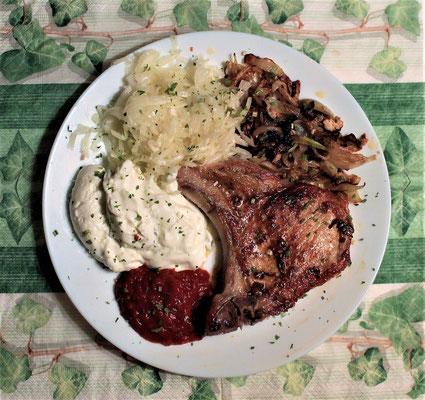 10.03.2020 Kotelette mit Krautsalat, Tzaziki und scharfer Soße
