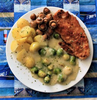19.04.2020 Schnitzel mit Kartoffeln, Pilzen, Rosenkohl und heller Soße