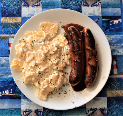 10.04.2020 Bratwurst als Currywurst mit Currypulver und Ketchup und Kartoffelsalat