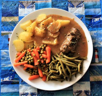 15.05.2020 Roulade mit Kartoffeln, Erbsen, Wurzeln, Bohnen und brauner Soße