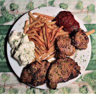 29.02.2020 Grillteller: Schweinesteaks, Spieß Schweinefilet, Pommes und Tzaziki