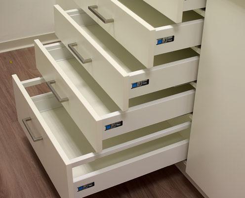 Zahnarztpraxis Speyer, Innenausbau Katz, Schranksystem im Sterilisationsraum mit abgedichteten Schubladen