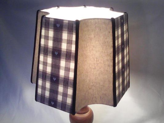 Abat-jour carré à coins creux, tissu gris à carreaux, dans les creux, lin naturel.