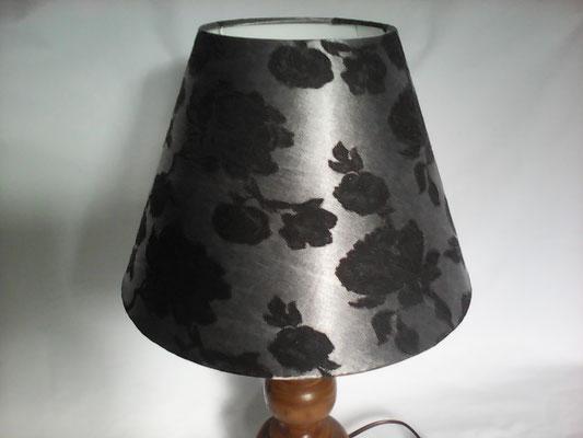 Abat-jour de forme empire. Diamètre du bas 30 centimètres, diamètre du haut 15 centimètres, hauteur 21 centimètres.  Coton argenté satiné avec roses noires brodées.