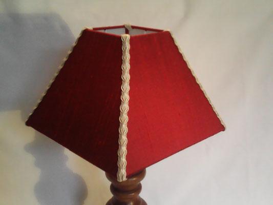 Abat-jour carré pyramide en soie sauvage rouge et noire.