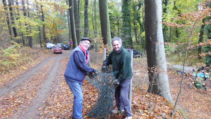 Harald Pries und Ullrich Krause reparieren den Außenzaun