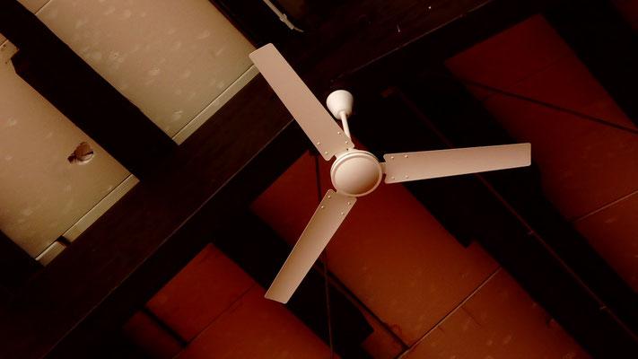 Neue Ventilatoren unter der Hallendecke ersparen Energie