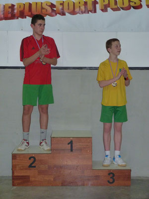 Les deux meilleurs jeunes d'Escragnolles applaudissent leur vainqueur.