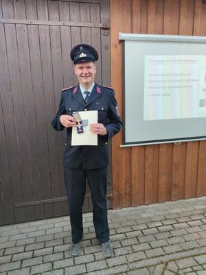 Zur Ehrung und Anerkennung von 25 Jahren treuer Dienste im Feuerwehrwesen wurde dem Kamerad André Zeiher das Silberne Brandschutzehrenzeichen am Bande verliehen.