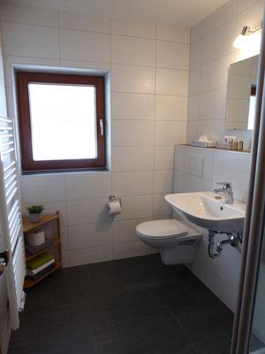 Badezimmer, Toilettenartikel u. Handtücher vorhanden.