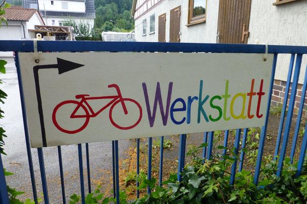 Wegweiser Fahrradwerkstatt (blaues Tor)