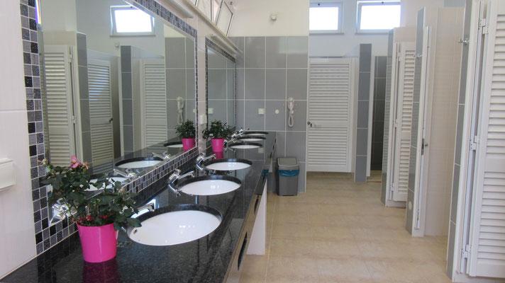 sauber und edel der Sanitärraum