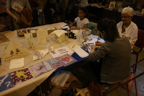On s'assoit, on dessine et Véronique tricote sa laine et le dessin !