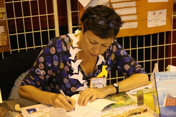 Florence Thinard et son superbe collier de cocottes en papier ! (voir roman Le Jour des poules)