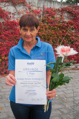 Frau Evelin Hensel, 1. Vorsitzende des KV Amberg, nimmt solz die Urkunde entgegen
