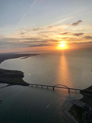 noch ein schöner Abendflug über der Ostsee: Fehmarnsundbrücke