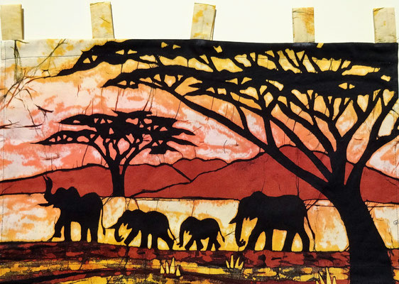 Batik schilderij. Vier olifanten. H 36 x Br 60 cm. € 59,- (hoogte zonder de lussen).