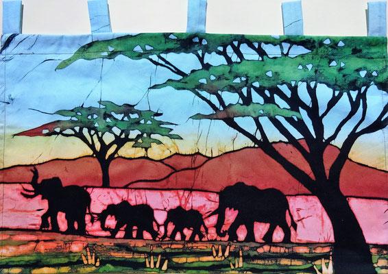 Batik schilderij. Olifanten onder de blauwe lucht. H 30 x Br 59 cm. € 59,- (hoogte zonder de lussen).