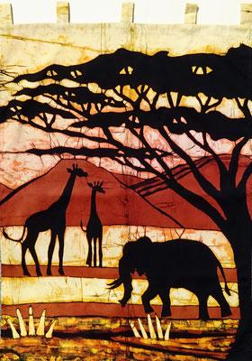 Batik schilderij. Olifant met giraffen. H 93 x Br 70 cm. € 175,- (hoogte zonder de lussen). VERKOCHT.