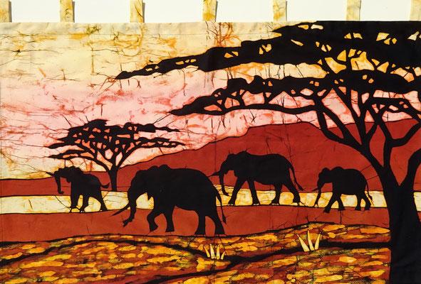 Batik schilderij. Olifanten groot. H 70 x Br 115 cm. € 150,- (hoogte zonder de lussen).