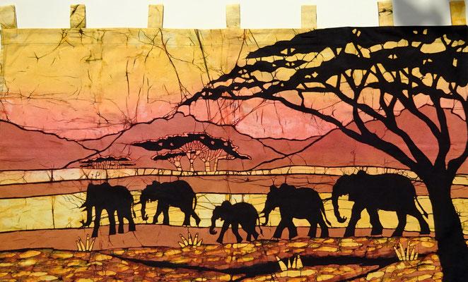 Batik schilderij. Vijf olifanten. H 60 x Br 112 cm. € 90,- (hoogte zonder de lussen). VERKOCHT.