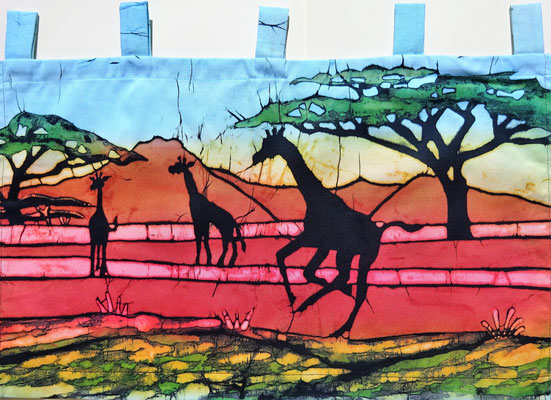 Batik schilderij (wall hanging). Giraffen onder de blauwe lucht. H 35 x Br 58 cm. € 59,- (hoogte zonder de lussen). VERKOCHT.