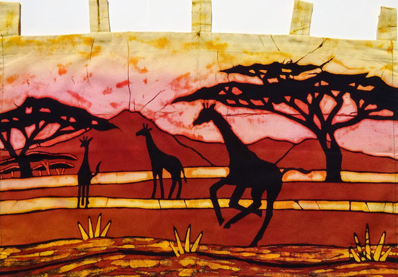 Batik schilderij. Drie giraffen. H 37 x Br 60 cm. € 59,- (hoogte zonder de lussen).