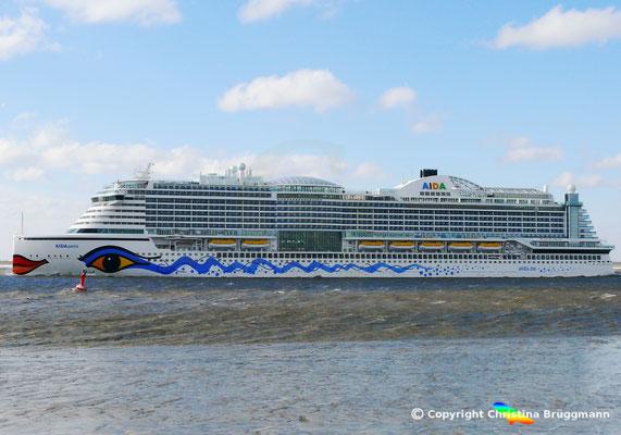 AIDA Cruises Kreuzfahrtschiff AIDAPERLA auf der Fahrt zum Erstbesuch in Hamburg, 17.03.2018