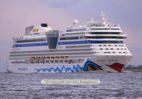 AIDAmar nach Besuch im Hamburger Hafgen auf der abendlichen Elbe 23.04.2016