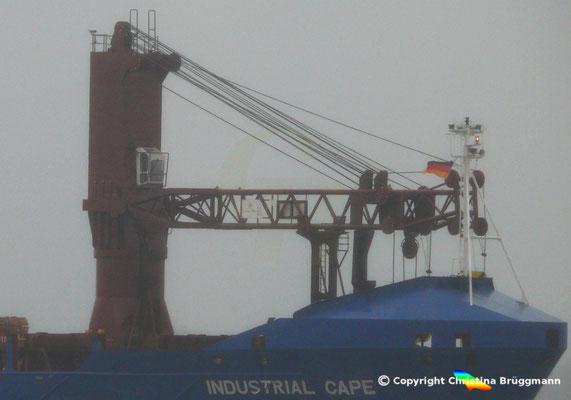 """Vorderer 200 t Kran HEAVY LIFT VESSEL """"INDUSTRIAL CAPE"""" im Service der Intermarine auf der Elbe (25.11.2017)"""