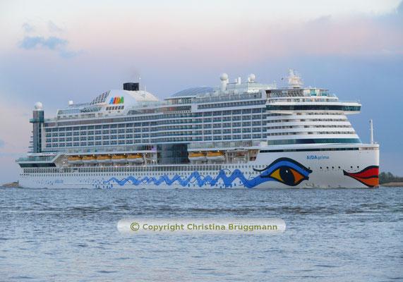 AIDAprima auf der abendlichen Elbe nach Besuch in Hamburg 23.04.2016