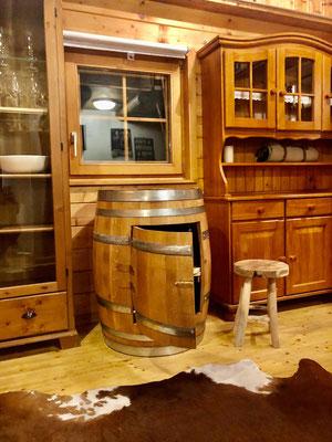 Fassbar hergestellt aus einem gebrauchten 225 Liter Barriquefass mit Tür und Fach.