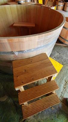 Badebottich aus Lärchenholz mit Sitzbänke, Einstiegstreppe, Flaschenhalter und Unterleger. - Maße: Höhe 95 cm, Durchmesser 185 cm