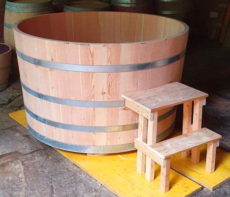 Badebottich aus Lärchenholz mit Einstiegstreppe, Sitzbank und Unterleger - Maße: Höhe 93 cm, Durchmesser 153 cm