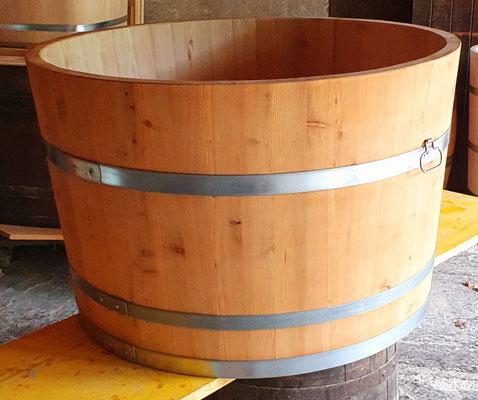 Wasserbottich aus Lärchenholz, geölt, mit verzinkten Eisenreifen und Tragegriffe. Maße: H 65 x D 100 cm.