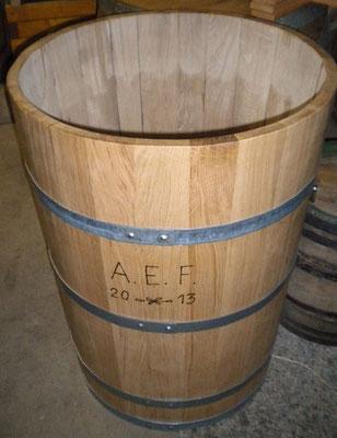 Wasserbottich aus Eichenholz, lackiert, mit verzinkten Eisenreifen und Gravur. Maße: H 90 x D 70 cm.
