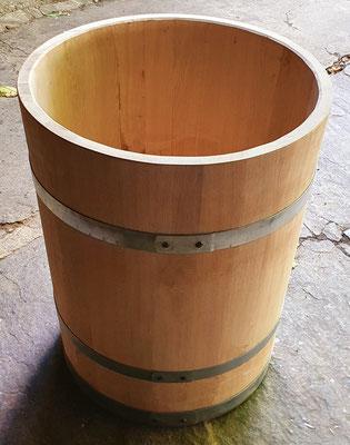 Wasserbottich aus Eichenholz, natur, mit verzinkten Eisenreifen. Maße: H 75 x D 60 cm.