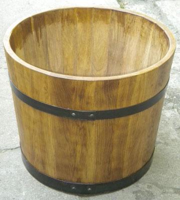 Wasserbottich aus Eichenholz, lackiert, mit schwarzen Eisenreifen. Maße: H 60 x D 65 cm.