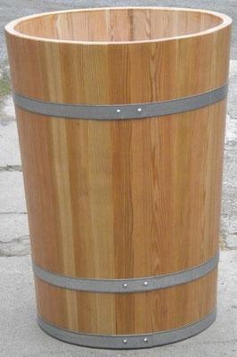 Wasserbottich aus Lärchenholz, lackiert, mit verzinkten Eisenreifen. Maße: H 90 x D 70 cm.